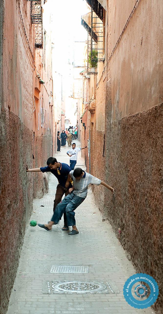 niños callejon futbol,